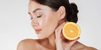 How to use vitamin C on the skin on warmer days?
